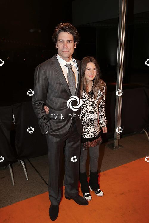 KATWIJK - Daniel Boissevain met dochter zaterdag op de oranje loper van de galapremiere van Soldaat van Oranje - de Musical in de Theater Hangaar op de oude vliegbasis Valkenburg bij Katwijk. FOTO LEVIN DEN BOER - PERSFOTO.NU