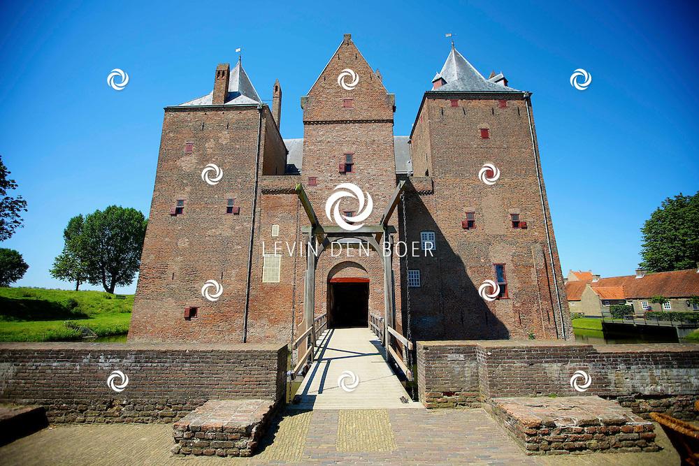 POEDEROIJEN - Loevestein is een kasteel en fort, dat valt onder de gemeente Zaltbommel, en even ten noordwesten van het dorp Poederoijen is gelegen aan het einde van de Schouwendijk in de uiterwaarden van de Waal en de Afgedamde Maas.<br /> Ridder Dirc Loef van Horne gaf rond 1357 opdracht tot de bouw van het kasteel. Hij gebruikte het als woonhuis, van waaruit hij rooftochten kon houden en illegale tol kon heffen. Na hem kwam het slot in handen van de heer van Holland en werd het gebruikt als verdedigingswerk tegen andere feodale heren. In het begin van de Tachtigjarige Oorlog, toen het kasteel was bezet door Spanjaarden, werd het in opdracht van Willem van Oranje eenvoudig ingenomen door de geuzenleider Herman de Ruyter. De Spanjaarden veroverden het nog &eacute;&eacute;n keer terug, maar daarna bleef het Staats bezit. Tot na de Belgische Revolutie deed het kasteel dienst als staatsgevangenis, met als bekendste gevangene Hugo de Groot, die na twee jaar kon vluchten met behulp van een boekenkist. In Staatse handen kreeg het moderne verdedigingswerken en werd het als fort onderdeel van de Oude en de latere Nieuwe Hollandse Waterlinie. De militaire functie werd in 1951 opgeheven. Van 1925 tot 1986 werd het complex gerestaureerd; momenteel doet het dienst als rijksmuseum en heeft het de status van rijksmonument. FOTO LEVIN DEN BOER - PERSFOTO.NU