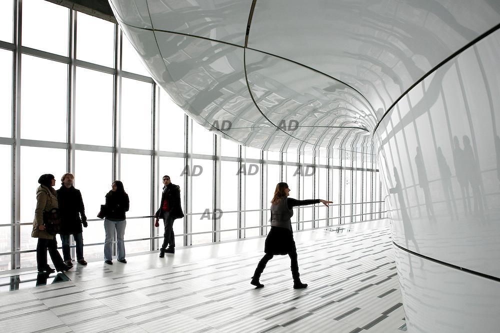 Con l'apertura al 31° piano del Belvedere si conclude il restauro conservativo del grattacielo Pirelli (danneggiato nel 2002 per il tragico impatto con un aereo). Il ?Belvedere? che Giò Ponti ha voluto come una sorta di teatro aperto sulla città.  Da un'altezza di 127 metri sono 4500 i metri quadri che nelle intenzioni dell'amministrazione diventeranno uno spazio aperto ad esposizioni temporanee, conferenze, concerti ed eventi vari. Progettato nel 1953, fu costruito tra il 1956 e il 1960 su progetto di Gio Ponti, che ne diresse anche tutte le fasi costruttive. L'aspetto strutturale venne curato da Pier Luigi Nervi. È uno dei più celebri simboli di Milano ed è il quinto edificio più alto d'Italia. Originariamente il palazzo fu costruito per ospitare gli uffici della celebre azienda italiana di pneumatici Pirelli, ma successivamente nel 1978 il grattacielo venne acquistato dalla Regione Lombardia, per farne la propria sede principale dopo una ristrutturazione ad opera dell'architetto Bob Noorda.