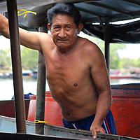 Hombre en el Puerto de Samariapo, estado Amazonas, Venezuela. ©Jimmy Villalta