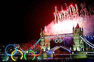 LONDEN - Vuurwerk boven de Tower Bridge in Londen tijdens de openingsceremonie van de 27e zomereditie van de Olympische Spelen.