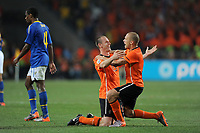 Fotball<br /> VM 2010<br /> Nederland / Holland v Brasil<br /> 02.07.2010<br /> Foto: Dppi/Digitalsport<br /> NORWAY ONLY<br /> <br /> FOOTBALL - FIFA WORLD CUP 2010 - 1/4 FINAL - NETHERLANDS v BRAZIL - 2/07/2010<br /> <br /> JOY ANDRE OOIJER AND JOHN HEITINGA (NET) AT THE END OF MATCH