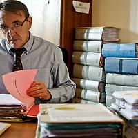 Portrait du premier juge d'instrcution Jean Louis Peries, dans son bureau au tribunal de Grande Instance de Paris. Il a instruit , avec Baudoin Thouvenot, l enquete sur les faux electeurs du cinquieme arrondissement de Paris, et renvoie en fevrier 2008 Jean et Xaviere Tiberi devant la justice.
