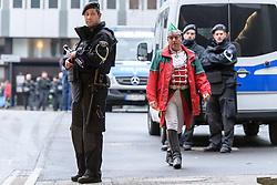 23.02.2017, Koeln, GER, Karneval, Weiberfastnacht, im Bild Polizist mit Maschinengewehr // during Women's Night of Cologne Carnival 2017. Koeln, Germany on 2017/02/23. EXPA Pictures © 2017, PhotoCredit: EXPA/ Eibner-Pressefoto/ Schueler<br /> <br /> *****ATTENTION - OUT of GER*****