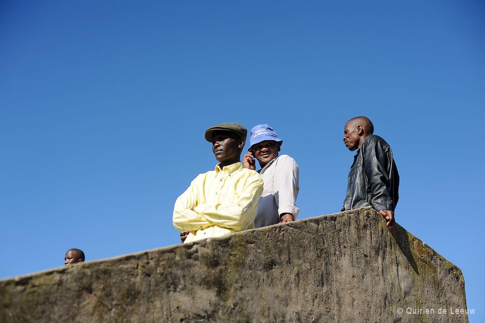 In een township in Zuid Afrika luisteren jongeren naar toespraken tijdens een evenement op Mayday, 1 mei. Veteranen van de apartheidsstrijd en prominente politici spreken het publiek toe over hun strijd voor rechten en gelijkheid.