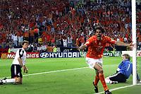 Fotball,Portugal, EM, Euro 2004, 150604, Tyskland-Nederland 1-1, <br /> Ruud van Nistelrooy, Nederland, har scoret på og Oliver Kah, Tyskland<br /> Photo: Digitalsport