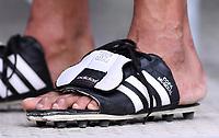 FUSSBALL WM 2018  Vorrunde Gruppe F  17.06.2018 Deutschland - Mexiko Ein mexikanischer Fan traegt umgebauten Adidas Copa Mundial Fussballschuhen als Schlappen  auf der Tribuene im Luschniki Stadion