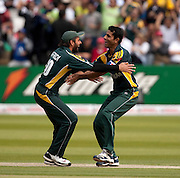 Shahid Afridi congratulates bowler Abdul Razzaq (right) during the ICC World Twenty20 Cup Final between Sri Lanka and Pakistan at Lord's. Photo © Graham Morris (Tel: +44(0)20 8969 4192 Email: sales@cricketpix.com)