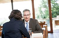 Österreich, Geschäftsmann und Geschäftsfrau bei Meeting in Restaurant, Arbeitsgespräch, Verhandlungsgespräch