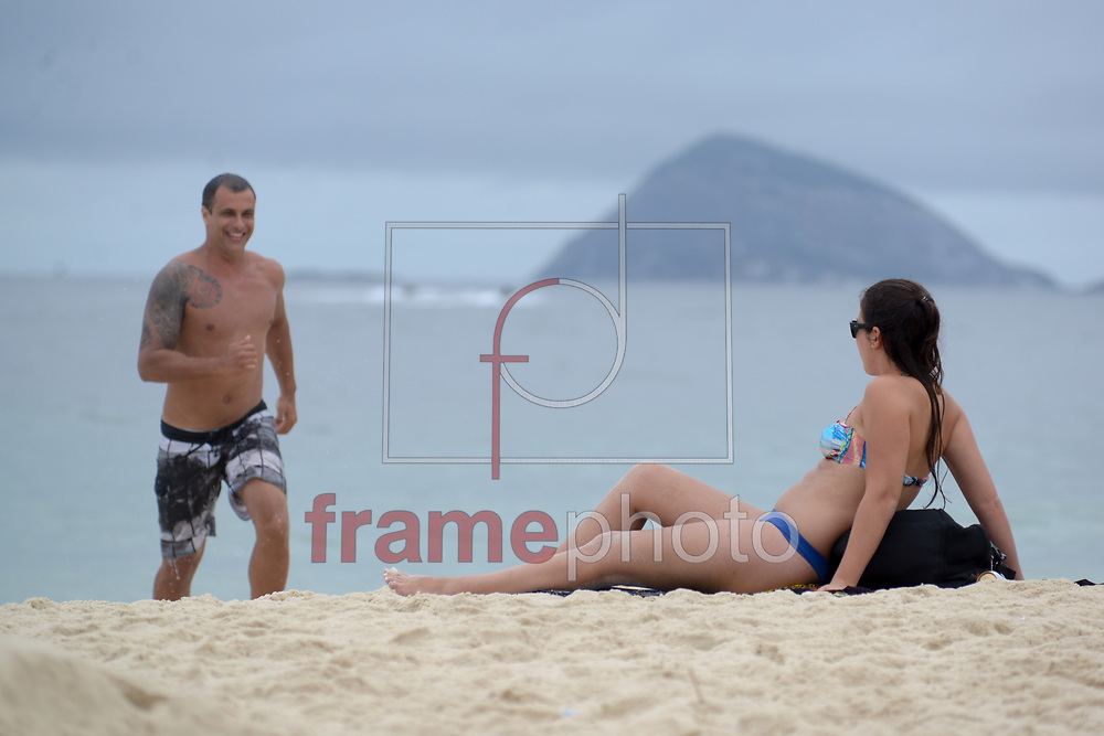 Praia de Copacabana tem tarde chuvosa nesta terça-feira (23), mas nem o mau tempo afastam os turistas da Princesinha do Mar Foto: ERBS JR./Frame