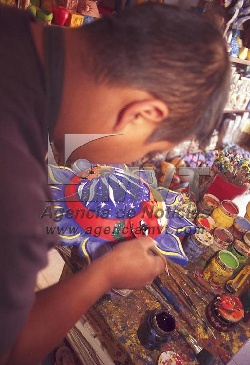 Metepec, M&eacute;x.- Apolinar Mart&iacute;nez, alfarero desde hace ocho a&ntilde;os se dedica a decorar los tradicionales soles de barro. Agencia MVT / Arturo Rosales Ch&aacute;vez. (FILM)<br /> <br /> NO ARCHIVAR - NO ARCHIVE