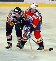 Ishockey, Trondheim 07.12.03, TIK - Lillehammer 6-0<br />Bjørn Anders Dahl, TIK, Jiri Holsan, Lillehammer<br /><br />Foto: Carl-Erik Eriksson, Digitalsport
