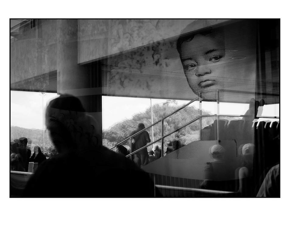 Autor de la Obra: Aaron Sosa<br /> T&iacute;tulo: &ldquo;Serie: Desde el Autoexilio&rdquo;<br /> Lugar: Ciudad de Panam&aacute; - Panam&aacute;<br /> A&ntilde;o de Creaci&oacute;n: 2011<br /> T&eacute;cnica: Captura digital en RAW impresa en papel 100% algod&oacute;n Ilford Galer&iacute;e Prestige Silk 310gsm<br /> Medidas de la fotograf&iacute;a: 33,3 x 22,3 cms<br /> Medidas del soporte: 45 x 35 cms<br /> Observaciones: Cada obra esta debidamente firmada e identificada con &ldquo;grafito &ndash; material libre de acidez&rdquo; en la parte posterior. Tanto en la fotograf&iacute;a como en el soporte. La fotograf&iacute;a se fij&oacute; al cart&oacute;n con esquineros libres de &aacute;cido para as&iacute; evitar usar alg&uacute;n pegamento contaminante.<br /> <br /> Precio: Consultar<br /> Envios a nivel nacional  e internacional.
