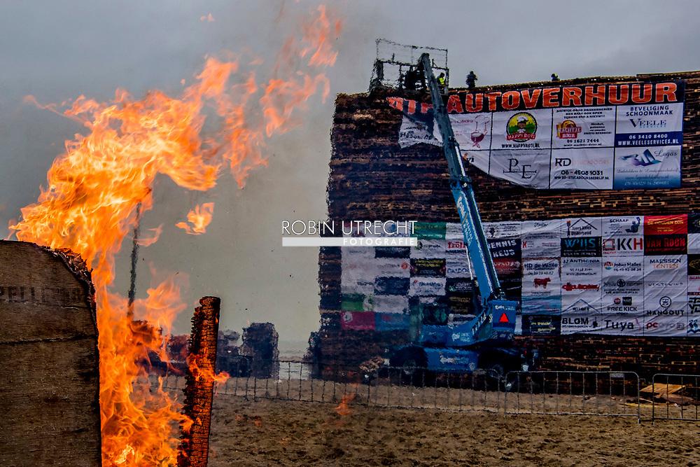 SCHEVENINGEN - De opbouw van een stapelplaats voor een vreugdevuur voor de jaarwisseling. Op het Noorderstrand bouwt Scheveningen-dorp aan de hoogste brandstapel en strijden hiermee met de Duindorpers die dit doen op het Zuiderstrand.  duindorp , ROBIN UTRECHT