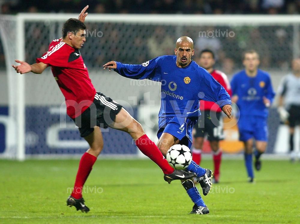 Fussball / Champions-League Saison 2002/2003 2. Spieltag Bayer 04 Leverkusen - Manchester United 1:2   Lucio (re, Leverkusen) gegen Juan Sebastian Veron (li, ManU)