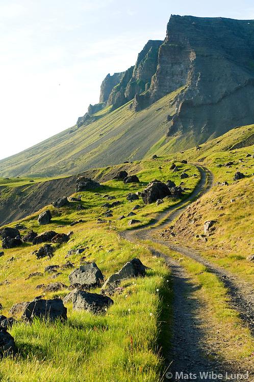 Tóarfjall séð til norðvesturs á vegin Lokinhamrar - Svalvogar, Arnarfjörður, Ísafjarðarbær áður Þingeyrarhreppur. / Toarfjall viewing northwest en route between Lokinhamrar and Svalvogar, Arnarfjordur, Isafjardarbaer former Thingeyrarhreppur.