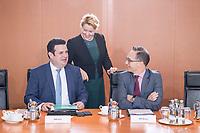 02 OCT 2018, BERLIN/GERMANY:<br /> Hubertus Heil (L), SPD, Bundesarbeitsminister, Franziska Giffey (M), SPD, Bundesfamilienministerin, und Heiko Maas (R), SPD, Bundesaussenminister, im Gespraech, vor Beginn der Kabinettsitzung, Bundeskanzleramt<br /> IMAGE: 20181002-01-008<br /> KEYWORDS: Kabinett, Sitzung, Gesp&auml;rch