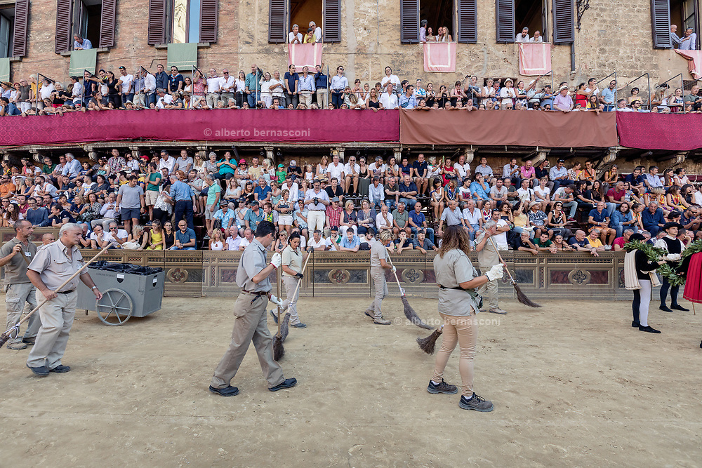 Italy, Siena, the Palio: cleaning of the tufo track few minutes before the enetering of the horses
