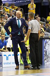 15.11.2015, Mercedes Benz Arena, Berlin, GER, Alba Berlin vs FC Bayern Muenchen, 4. Runde, im Bild Sascha Obradovic (Cheftrainer Alba Berlin) diskutiert mit Hauptschiedsrichter Tony Rodriguez // during the Beko Basketball Bundes league 4th round match between Alba Berlin and FC Bayern Muenchen at the Mercedes Benz Arena in Berlin, Germany on 2015/11/15. EXPA Pictures © 2015, PhotoCredit: EXPA/ Eibner-Pressefoto/ Hundt<br /> <br /> *****ATTENTION - OUT of GER*****