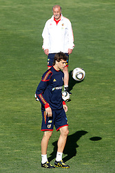 10.06.2010, Sportanlage, Potchefstroom, RSA, FIFA WM 2010, Training Spanien im Bild Spain's Fernando LLorente and Vicente del Bosque, EXPA Pictures © 2010, PhotoCredit: EXPA/ Alterphotos/ Acero / SPORTIDA PHOTO AGENCY
