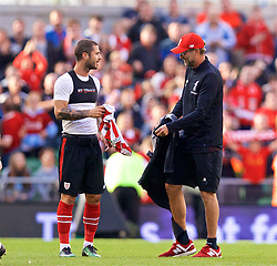 DUBLIN, REPUBLIC OF IRELAND - Saturday, August 5, 2017: Liverpool's manager Jürgen Klopp swaps shirts with a Athletic Club Bilbao player after a preseason friendly match between Athletic Club Bilbao and Liverpool at the Aviva Stadium. (Pic by David Rawcliffe/Propaganda)