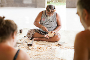 Dintorni di Ubud Bali 2015 - Pak Ida Bagus Alit, maestro mascheraio, mostra agli allievi ospiti l'arte dell'intaglio. l'arte dell'intaglio.