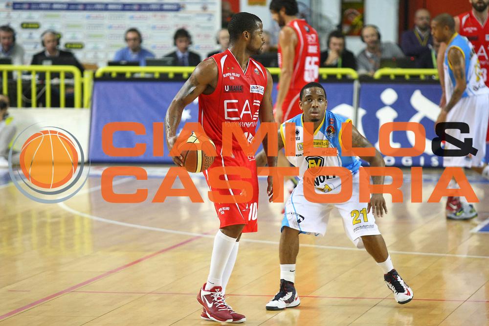 DESCRIZIONE : Cremona Lega A 2012-2013 Vanoli Cremona EA7 Emporio Armani Milano<br /> GIOCATORE : Omar Cook<br /> SQUADRA : EA7 Emporio Armani Milano<br /> EVENTO : Campionato Lega A 2012-2013<br /> GARA : Vanoli Cremona EA7 Emporio Armani Milano<br /> DATA : 19/11/2012<br /> CATEGORIA : Palleggio<br /> SPORT : Pallacanestro<br /> AUTORE : Agenzia Ciamillo-Castoria/F.Zovadelli<br /> GALLERIA : Lega Basket A 2012-2013<br /> FOTONOTIZIA : Cremona Campionato Italiano Lega A 2012-13 Vanoli  Cremona EA7 Emporio Armani Milano<br /> PREDEFINITA :