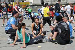 17.04.2011, AUT, Vienna City Marathon 2011, im Bild Läufer des Hauptfeldes, die sich nach der Anstrengung im inneren Burghof ausrasten, Feature, EXPA Pictures © 2011, PhotoCredit: EXPA/ G. Holoubek