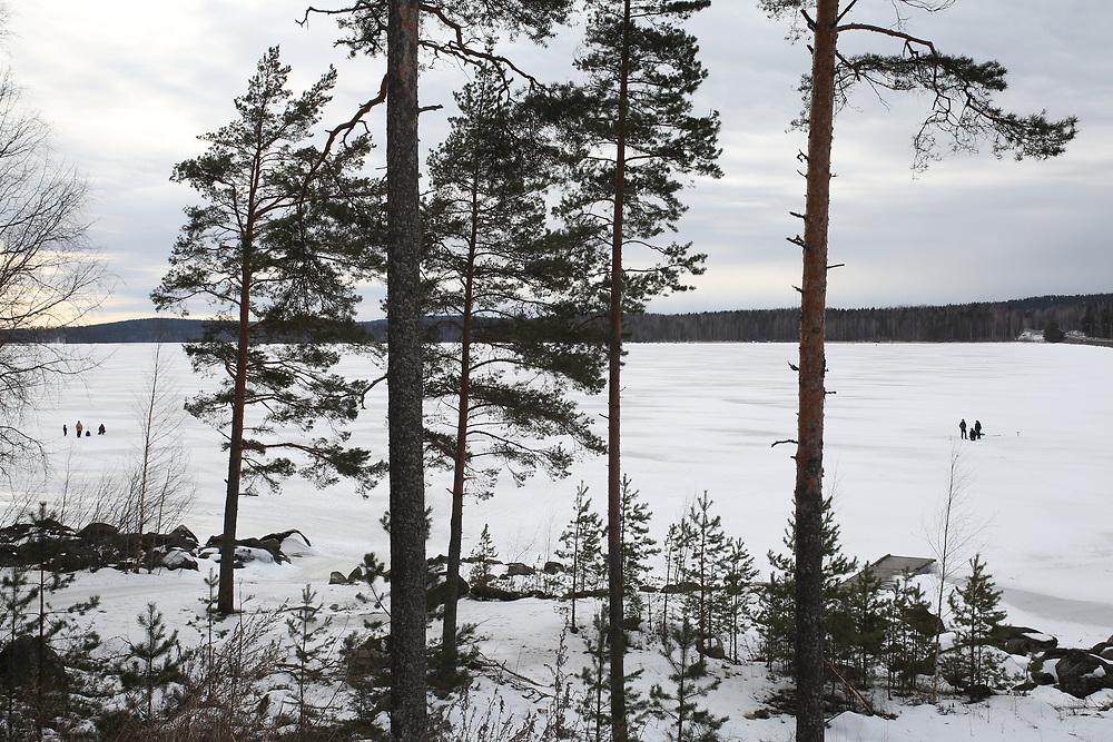 Lac gelé et pêcheurs