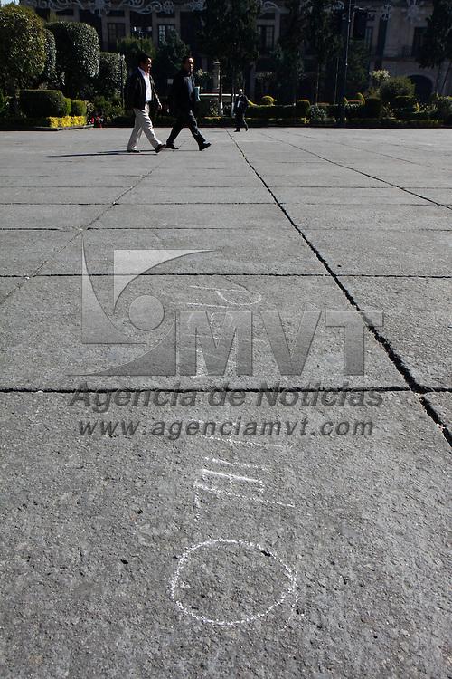 TOLUCA, México.- La Plaza de los Mártires albergara  una pista de hielo, toboganes, un árbol de navidad gigante y otros atractivos, las marcas para la instalación de esta villa ya se encuentran realizadas y en los próximos días se realizara el montaje para ofrecer el Magno Festival Invernal 2011, mientras tanto la plaza se encuentra protegida con vallas. Agencia MVT / Crisanta Espinosa. (DIGITAL)