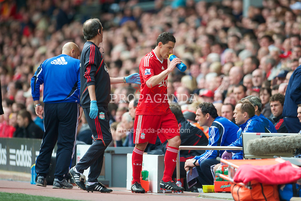 LIVERPOOL, ENGLAND - Sunday, May 2, 2010: Liverpool's Maximiliano Ruben Maxi Rodriguez limps off injured with club Doctor Mark Waller during the Premiership match against Chelsea at Anfield. (Photo by David Rawcliffe/Propaganda)