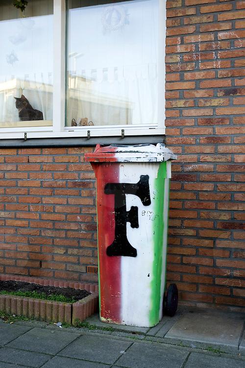 Nederland Rotterdam 19 december 2007 .afvalcontainer beschilderd met feijenoord teken voor huis in de Vergiliusstraatin deelgemeente Ijsselmonde in Rotterdam .Foto David Rozing