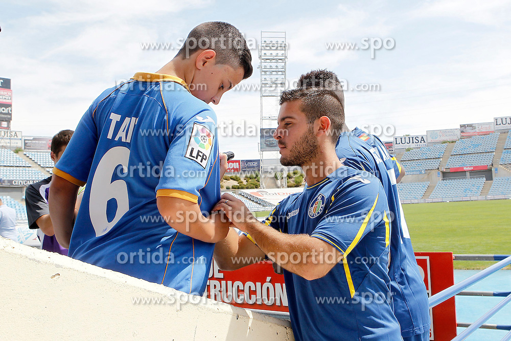 05.08.2015, Coliseum Alfonso Perez, Getafe, ESP, Primera Division, FC Getafe, Spielerpräsentation, im Bild Getafe's new player Victor Rodriguez // during Official Player Presentation of Spanish Primera Division club Getafe cf at the Coliseum Alfonso Perez in Getafe, Spain on 2015/08/05. EXPA Pictures © 2015, PhotoCredit: EXPA/ Alterphotos/ Acero<br /> <br /> *****ATTENTION - OUT of ESP, SUI*****