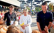 3-10-2014  ZALTBOMMEL   - Nick en Simon samen met prinses Laurentien. De prinses is sinds kort supporter van Edukans en zet zich zowel voor als achter de schermen in voor deze ontwikkelingsorganisatie waar Nick en Simon ambassadeurs van zijn. Vrijdag trapt Laurentien samen met het Volendamse duo de campagne af voor de 20e editie van Edukans Schoenmaatjes. De Volendammers geven op de Brede School De Zandkampen in Zaltbommel een concert dat door basisschoolleerlingen in het hele land te volgen is via digiborden. COPYRIGHT ROBIN UTRECHT