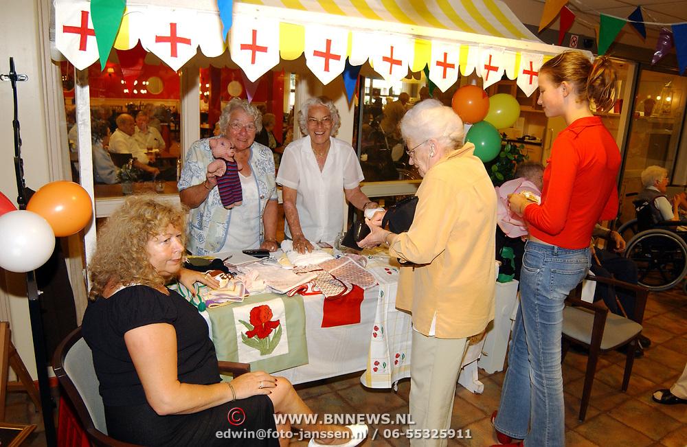 Holland Markt bejaardentehuis de Bolder Huizen, Rode Kruis Welfare stand