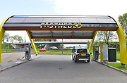 Nederland, A12 bij Veenendaal ,12-5-2017Laadstation van Fastnedvoor elektrische autos bij een bestaand tankstation voor fossiele brandstoffen . Er zijn vier verschillende stekkers voor de diverse systemen die toegepast worden . Het is een snellaadstation en de laadstroom komt van windenergie en zonne-energie, windmolens en zonnepanelen . Foto: Flip Franssen