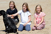 Koning Willem-Alexander en koningin Maxima poseren samen met de prinsesjes Ariane, Amalia en Alexia tijdens de jaarlijkse fotosessie op het strand bij het natuurgebied Meijendel in Wassenaar. <br /> <br /> King Willem-Alexander and Queen Maxima posing together with the princesses Ariane, Amalia and Alexia at the annual photo session on the beach at the nature Meijendel in Wassenaar.<br /> <br /> Op de foto / On the photo:  Princess Ariane, Princess Amalia and Princess Alexia / prinses Ariane, prinses  Amalia en prinses  Alexia