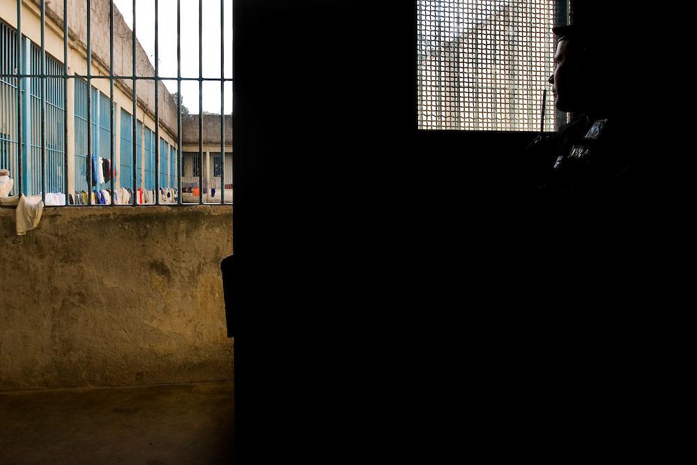 Ouro Preto _ MG, 16 Janeiro de 2008..FOLHA SAO PAULO.ESPECIAL - CRISE CARCERARIA EM MINAS..Carceragem municipal de Ouro Preto. Apesar do estado ja citar que a cadeia ja esta em obras, ainda apresenta muitos problemas...Grandes falhas de seguranca: Somente dois os policiais cuidam da cadeia, um civil (turno de 24 horas) e um militar (turno de 8 horas). SuperlotaÌão 170 presos, cuja capacidade sao 80...Na imagem, policial militar que da suporte ao policial civil em acao...FOTO: BRUNO MAGALHAES / AGENCIA NITRO / FOLHA IMAGEM