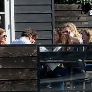 NLD/Laren/20140310 - Sandra van Nieuwland en onbekende man op terras in Laren NH,