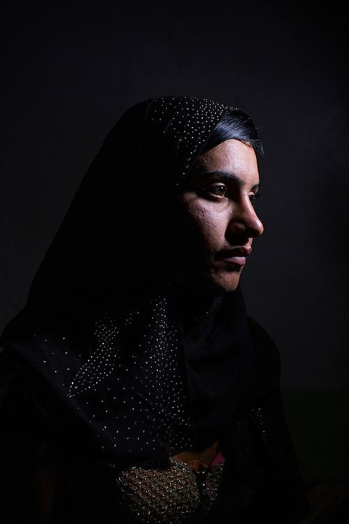 Sinjar, Irak<br /> <br /> As&iacute;a Mahmud, 17 &aring;r, 15 n&auml;r hon kidnappades av ISIS. Hon h&ouml;lls f&aring;ngen i Mosul. Hon s&aring;ldes mellan olika ISIS m&auml;n och v&aring;ldtogs. Hon f&ouml;rs&ouml;kte ta livet av sig flera g&aring;nger och &auml;r nu mycket deprimerad. Hon bor med sin pappa i ett flyktingl&auml;ger i Sinjar bergen. M&aring;nga av hennes syskon och mamma saknas fortfarande.<br /> <br /> <br /> Photo: Niclas Hammarstr&ouml;m