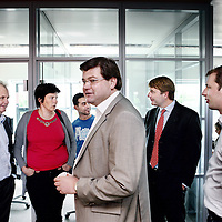 Nederland, Tilburg , 24 mei 2011..Jeroen van Breda Vriesman (lid Raad van Bestuur) met rode das en Ralf Rikze (directeur Levenbedrijf) met blauwe bloes en zwart colbert, bezoeken de afdeling van Achmea met medewerkers waar ze even daarvoor een rondetafelgesprek mee hebben gevoerd..Foto:Jean-Pierre Jans