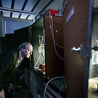 Nederland, Amsterdam , 6 januari 2009..Dr. M.J. Teixeira de Mattos , hoogleraar Kwantitatieve Microbiële Fysiologie aan de Faculteit der Natuurwetenschappen, Wiskunde en Informatica van de Universiteit van Amsterdam (UvA)..Foto:Jean-Pierre Jans