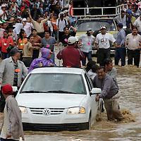 Oaxaca, Oax.- Miles de Maestros del magisterio Oaxaqueño participan bajo la lluvia y entre inundaciones en la denominada Mega Marcha en protesta al desalojo fallido de su planton en la calles de centro historico y en demanda del pago de los millones de pesos por concepto de rezonificación. Agencia MVT / Eder Lopez. (DIGITAL)<br /> <br /> NO ARCHIVAR - NO ARCHIVE