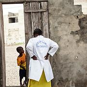 Yayi Bayam Diouf avec un des enfants du quartier