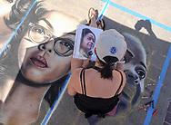 6月18日,美国洛杉矶,一名艺术家正专注在她的作品。当日, 帕萨迪纳市举办了第二十五届粉笔画绘画艺术节,艺术家们使用超过25000支蜡笔粉笔,跪坐在人行道上,用手中的画笔展现他们的创造力。从古典到现代,从古怪到绚丽,不同的艺术风格让观众眼花缭乱。 。新华社发 (赵汉荣摄)<br /> An artist works on a her piece during the 25th annual Pasadena Chalk Festival in Los Angeles, the United States, June 18, 2017. Hundreds artists using more than 25,000 sticks of pastel chalk to create life-size murals on the city pavement.  (Xinhua/Zhao Hanrong)(Photo by Ringo Chiu)<br /> <br /> Usage Notes: This content is intended for editorial use only. For other uses, additional clearances may be required.