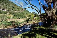 Passarela sobre o Rio Canoas. Urubici, Santa Catarina, Brasil. / Footbridge over Canoas River. Urubici, Santa Catarina, Brazil.