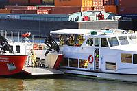 Mannheim. 29.07.17   &Uuml;bung um M&uuml;hlauhafen<br /> M&uuml;hlauhafen. Rettungs&uuml;bung von Feuerwehr DLRG und ASB. Das Szenario: Ein Fahrgastschiff brennt und die Passagiere m&uuml;ssen gerettet werden. <br /> Auf der MS Oberrhein wird ge&uuml;bt. Dazu ankert das Schiff in der Fahrrinne des M&uuml;hlauhafens. Das Feuerl&ouml;schboot Metropolregion 1 kommt dazu.<br /> <br /> BILD- ID 0931  <br /> Bild: Markus Prosswitz 29JUL17 / masterpress (Bild ist honorarpflichtig - No Model Release!)