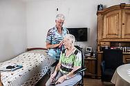 HAASTRECHT - Mw. van Bekkum (bewoonster) en Mw. Kluyve (dochter van Mw. v Bekkum). Het gaat dus om een verzorgingshuis waar familie mantelzorg moet leveren naast de 'normale' zorg in het huis.  COPYRIGHT ROBIN UTRECHT