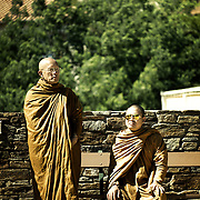 Luang Pu Nenkham chattigo et Vénérable Nyanadharo MahaThéra, promu Phra Khru Bhavanna Voradham Vidhésa  Moines des forêts