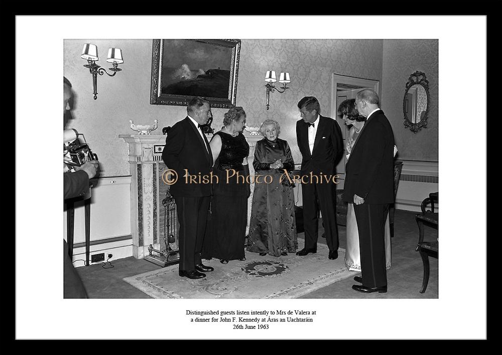 26 juni 1963 holdt president Éamon de Valera og hans kone middag for John F. Kennedy i Áras.an Uachtaráin (presidentboligen i Irland). På bildet ser vi Fru de Valera underholde John F. Kennedy.hjemme hos seg.